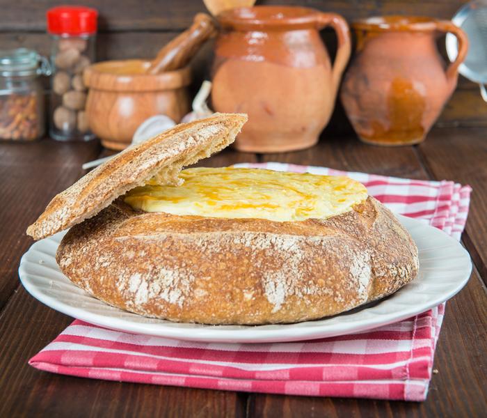 Pão recheado com queijo da serra e presunto